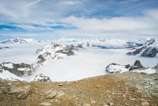 Picos de montanhas e cumes cobertos de neve nos alpes Foto Premium