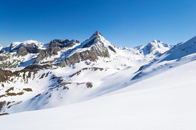 Picos de montanhas majestosas no inverno nos alpes Foto Premium