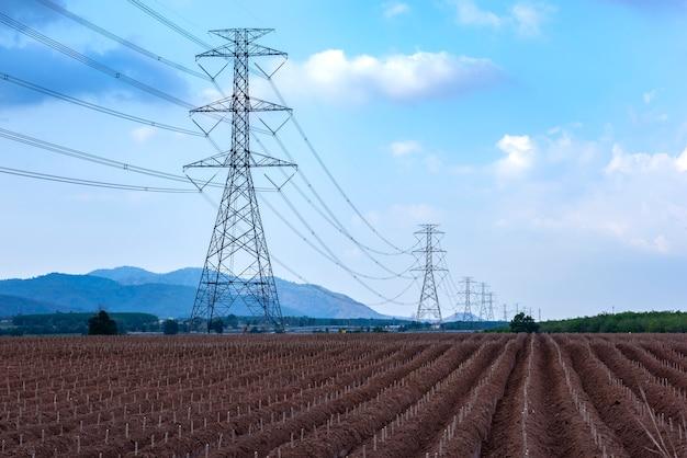 Pilão de transmissão de eletricidade linha de torre elétrica de alta tensão Foto Premium