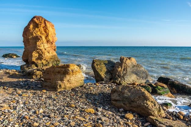 Pilar de pedra na costa do mar negro Foto Premium