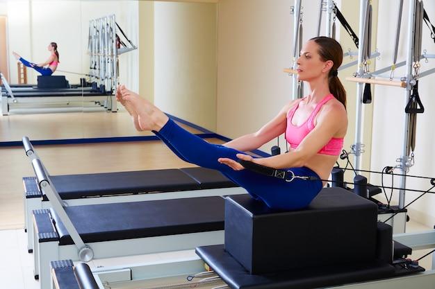 Pilates reformer mulher short box teaser exercise Foto Premium