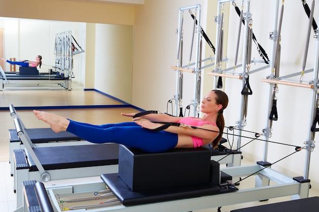 Pilates reformer woman back stroke exercise Foto Premium