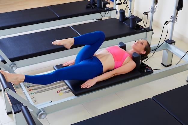 Pilates reformista mulher pé trabalho exercício Foto Premium