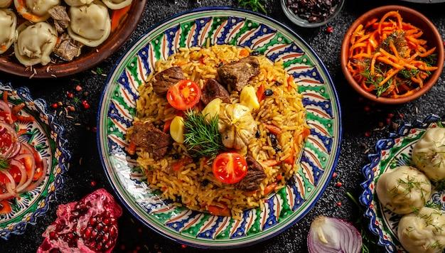 Pilau nacional uzbeque com carne. Foto Premium