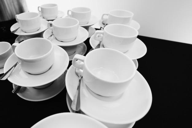 Pilha compilada de copos de chá branco. Foto Premium