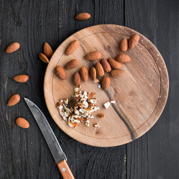 Pilha de amêndoas na bandeja de madeira Foto gratuita