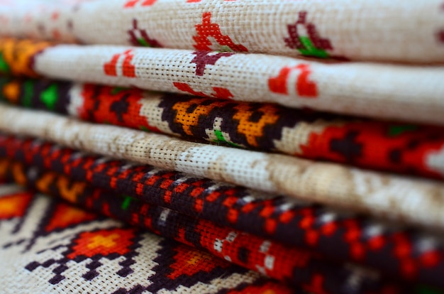 Pilha de arte folclórica ucraniana tradicional de malha padrões de bordado em tecido têxtil Foto Premium