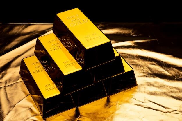 Pilha de barras de ouro sobre fundo amarelo brilhante. Foto Premium