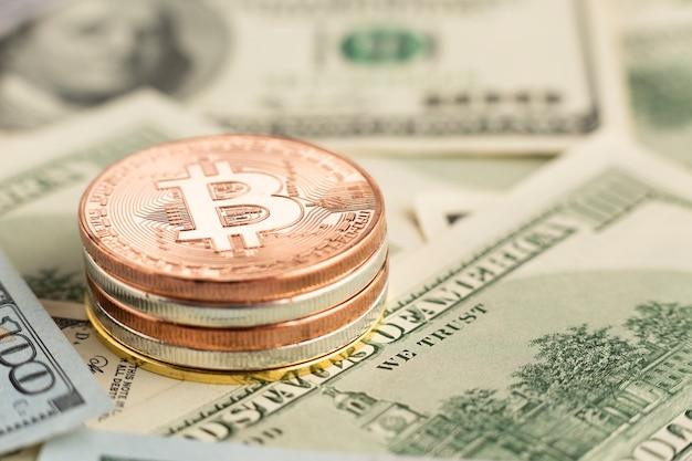 Pilha de bitcoin close-up em cima das notas Foto gratuita