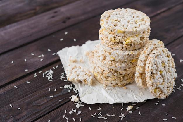 Pilha de bolos de arroz na mesa de madeira marrom Foto gratuita