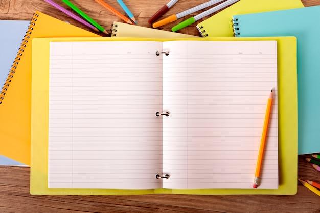 Pilha de cadernos no espaço de trabalho Foto gratuita