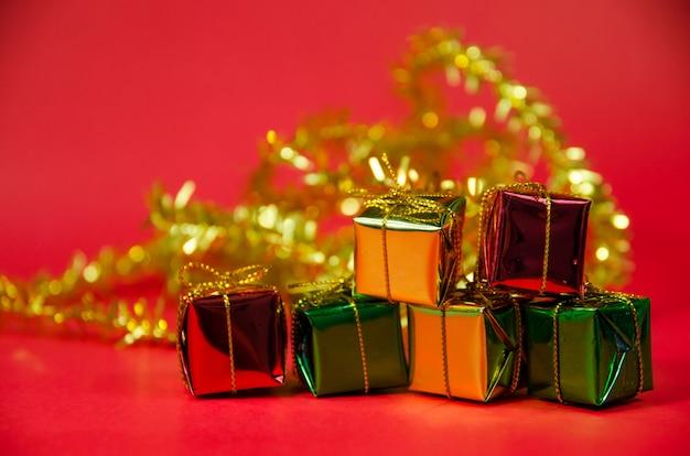 Pilha de caixa de presente em fundo vermelho Foto Premium
