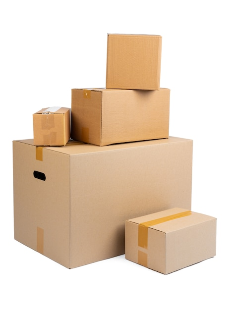 Pilha de caixas de papelão isoladas no branco Foto Premium
