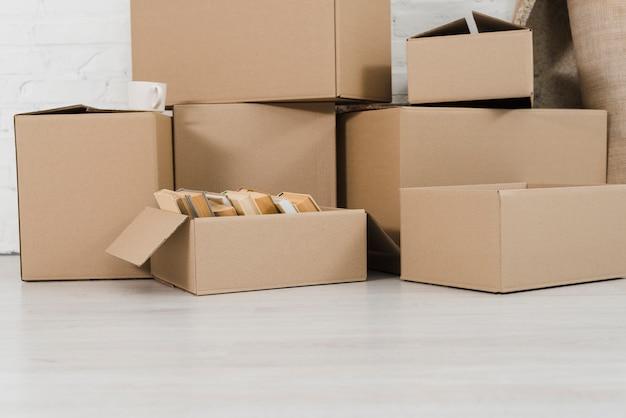 Pilha de caixas de papelão no chão branco Foto gratuita
