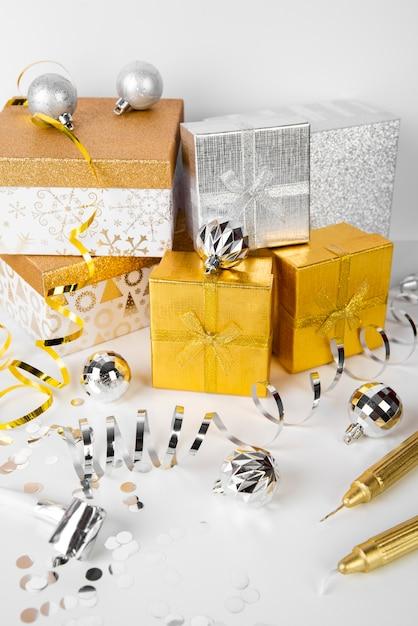 Pilha de caixas de presente prata e ouro vista alta Foto gratuita