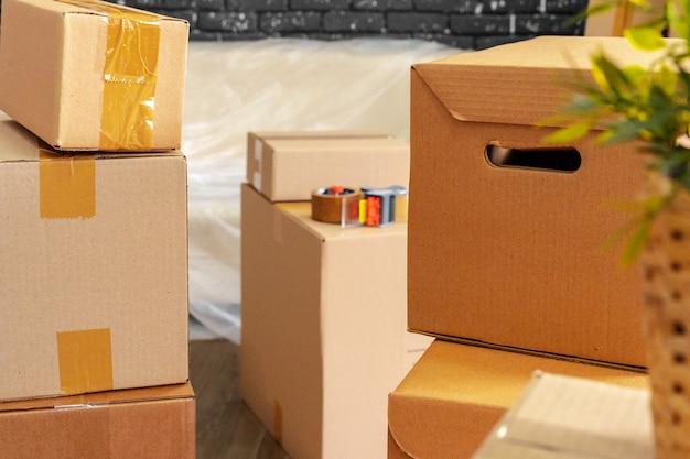 Pilha de caixas e móveis embalados Foto Premium