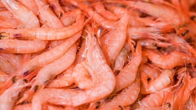 Pilha de camarão fresco no mercado Foto Premium