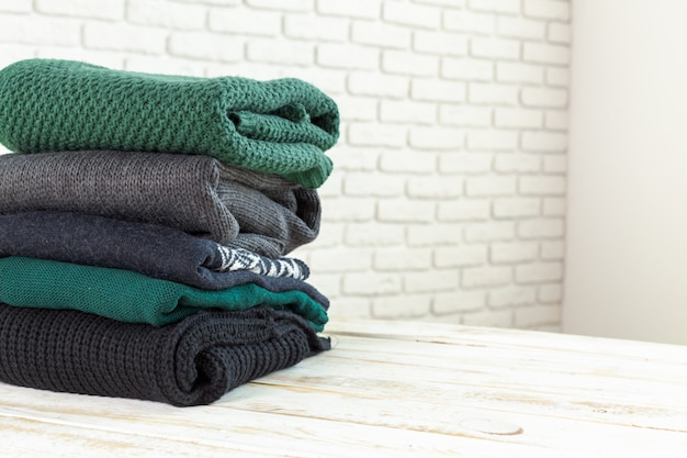 Pilha de camisolas de malha aconchegantes brancas Foto Premium
