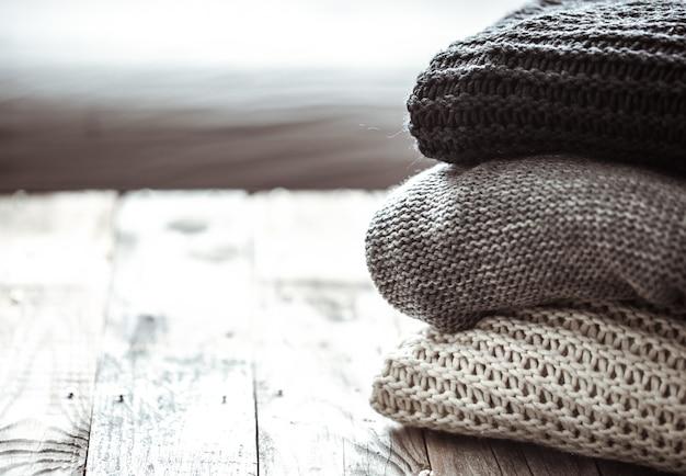 Pilha de camisolas de malha aconchegantes Foto gratuita
