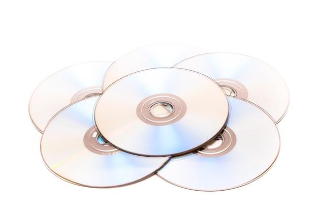 Pilha de cd e dvd no fundo branco Foto Premium