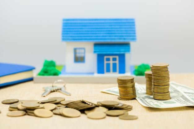Pilha de chaves, casa e dinheiro Foto gratuita