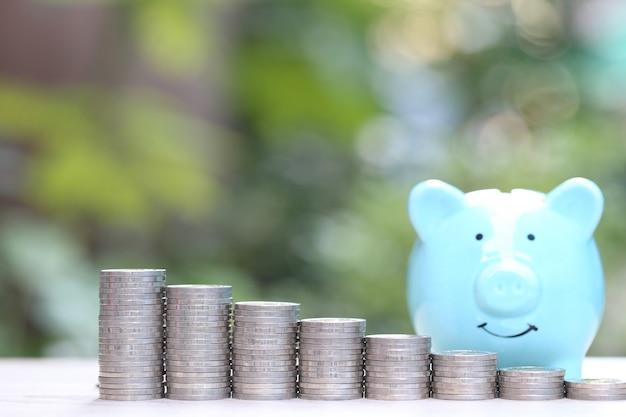 Pilha de dinheiro de moedas em verde natural Foto Premium