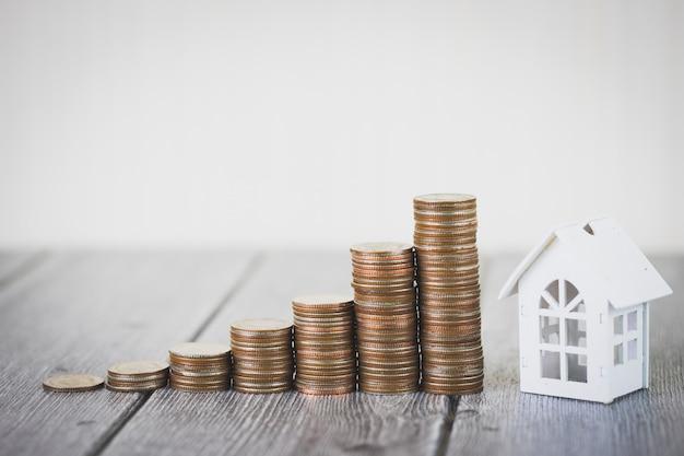 Pilha de dinheiro moeda dinheiro intensificar casa branca, investimento imobiliário e hipoteca da casa financeira Foto Premium