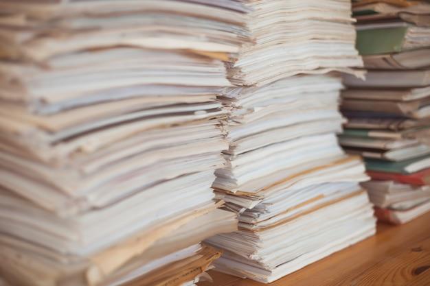Pilha de documentos comerciais de papel de escritório. Foto Premium