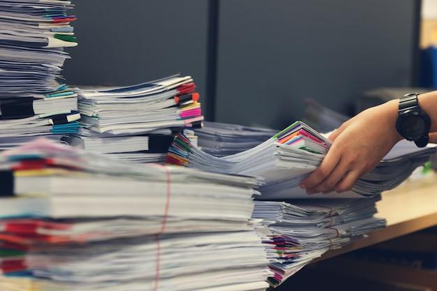 Pilha de documentos inacabados na mesa de escritório Foto Premium