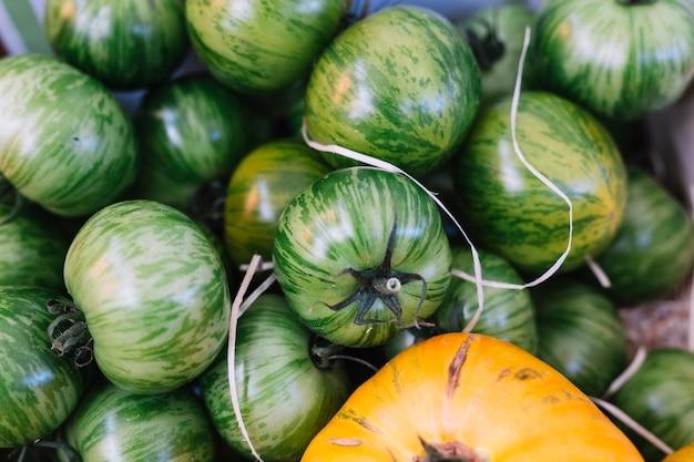 Pilha de frescos e deliciosos tomates zebra verdes Foto gratuita