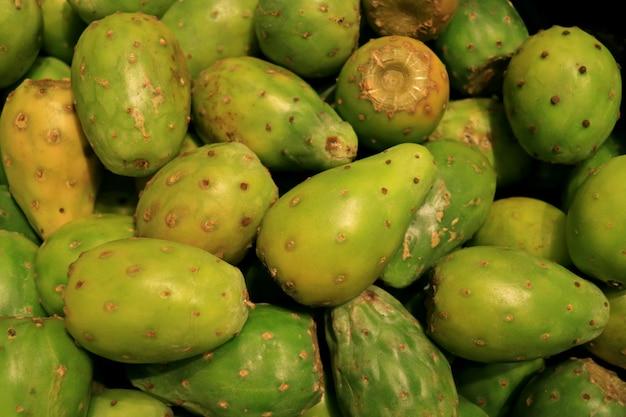 Pilha de frutos de cacto nopal verde à venda no supermercado de santiago do chile Foto Premium