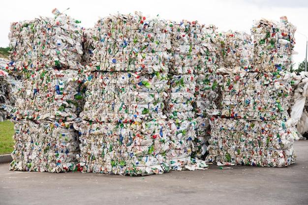 Pilha de garrafas de plástico branco prensadas em uma fábrica de coleta de lixo Foto Premium