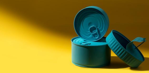 Pilha de latas azuis com vista frontal Foto gratuita