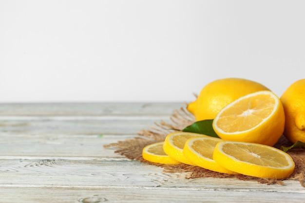 Pilha de limões na mesa de madeira Foto Premium