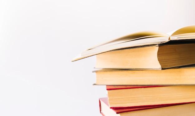 Pilha de livro com o livro aberto no topo Foto gratuita