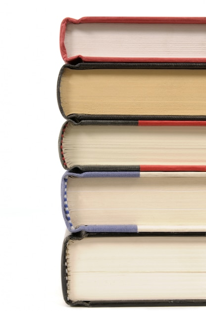 Pilha de livros de capa dura contra um fundo branco Foto gratuita