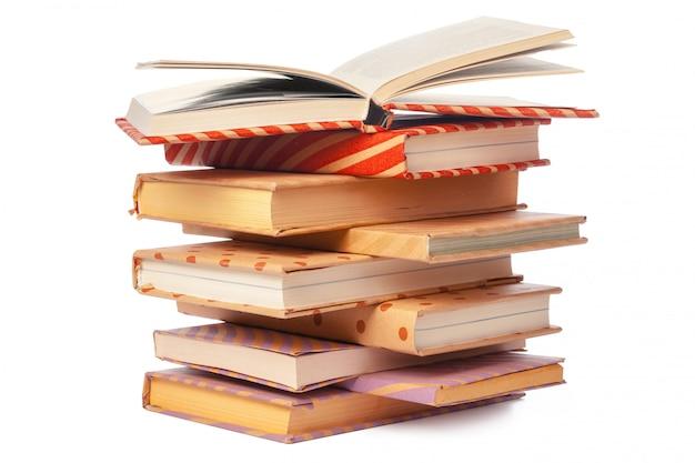 Pilha de livros isolado no fundo branco Foto Premium