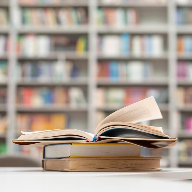 Pilha de livros na biblioteca Foto gratuita