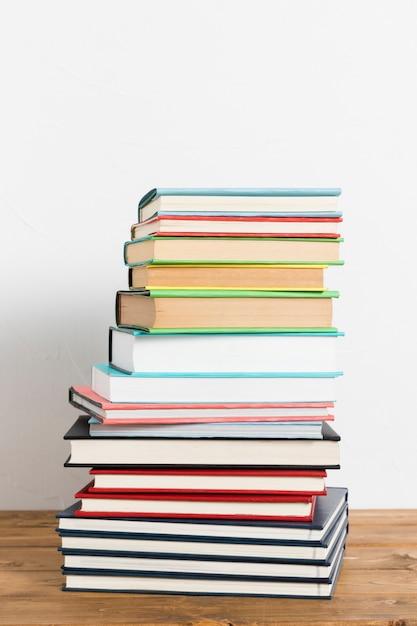 Pilha de livros na mesa Foto gratuita