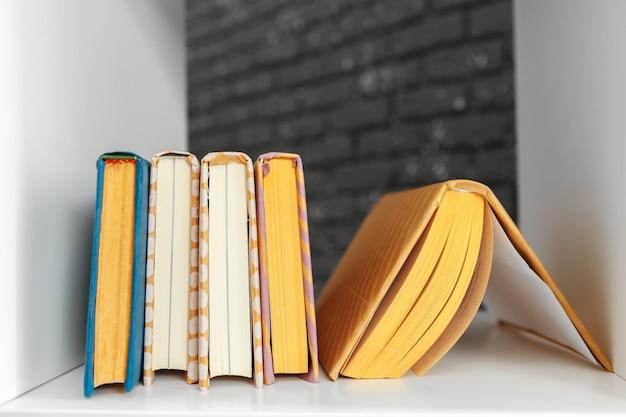 Pilha de livros sobre a mesa Foto Premium