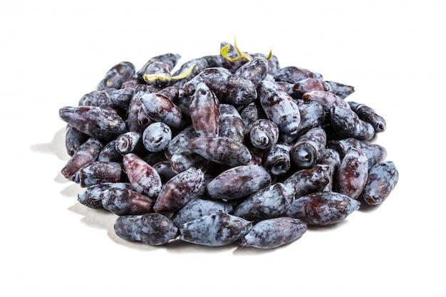 Pilha de madressilva azul (lonicera caerulea) ou baga haskap isolado Foto Premium