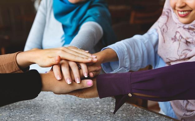 Pilha de mãos de amigos islâmicos para trabalho em equipe Foto Premium