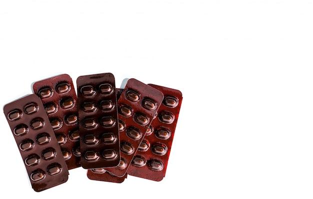 Pilha de medicamento de comprimidos comprimidos em blister resistente à luz sobre fundo branco. vitaminas e minerais comprimidos comprimidos para mulheres grávidas. tratamento de anemia de fumarato ferroso comprimidos comprimidos. Foto Premium