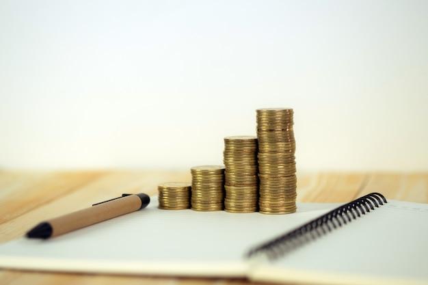 Pilha de moedas com papel de caderno Foto Premium