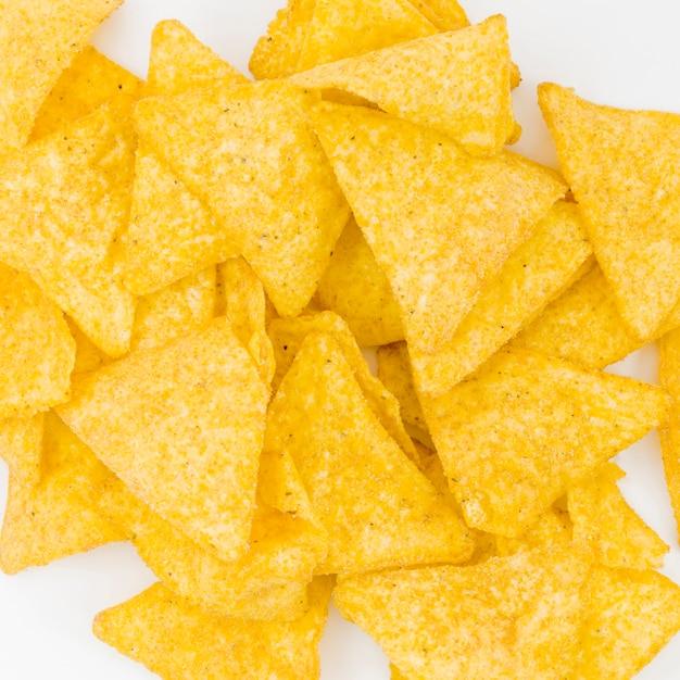 Pilha de nachos em fundo branco Foto gratuita
