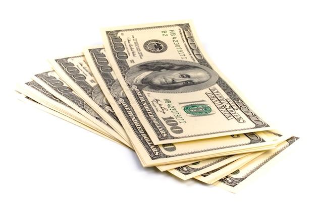 Pilha de notas de cem dólares eua em fundo branco Foto Premium