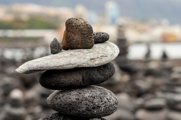 Pilha de pedra com fundo desfocado Foto gratuita