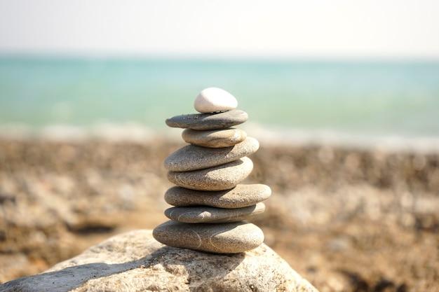 Pilha de pedras caídas umas sobre as outras na praia Foto Premium