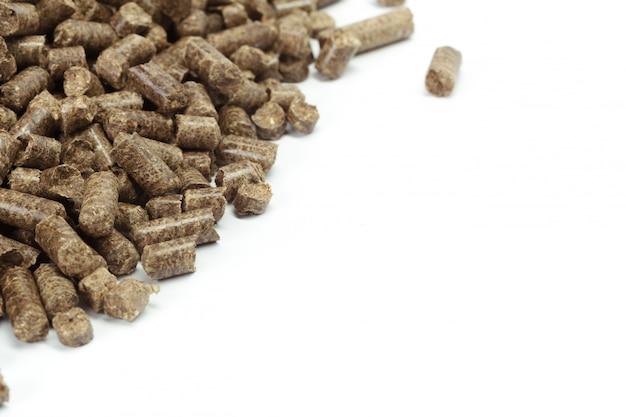 Pilha de pellets de madeira para bio energia, fundo branco, isolado Foto Premium