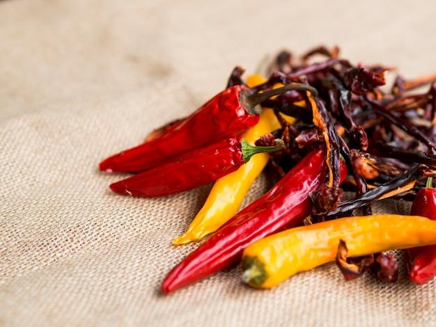 Pilha de pimentas secas vermelhas com pimenta Foto gratuita